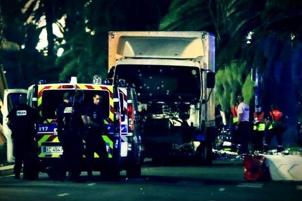 Fransa'nın Nice kentinde yapılan kutlamalara terör saldırısı düzenlendi. Kamyon sürücüsü aracını kalabalığın üzerine sürdü. Saldırıda en az 60 kişi öldü, en az 100 yaralı var.