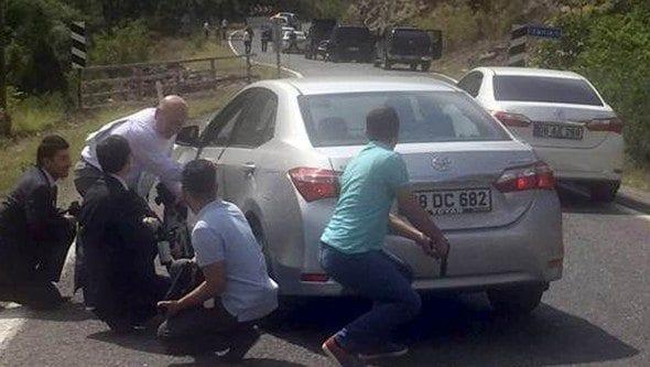 Artvin'e gitmek üzere yola çıkan CHP lideri Kemal Kılıçdaroğlu'nun konvoyuna iki ayrı noktada ateş açıldı. Çıkan çatışmada biri ağır olmak üzere 3 asker yaralandı.
