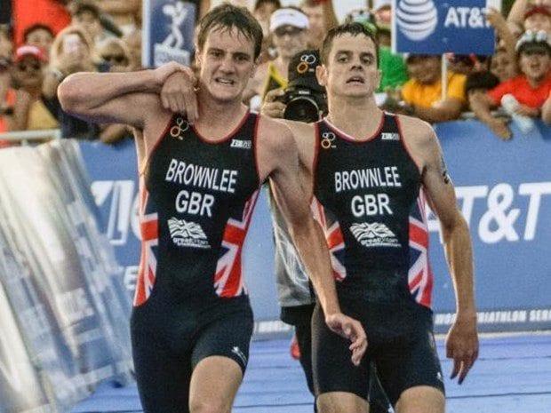 Triatlon Dünya Serisi: Atlet Alistair yarışı bıraktı kardeşini taşıdı