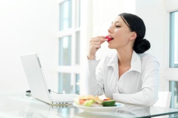 Yoğun mesai çalışıyorsanız ve dışarıda yemek zorundaysanız sağlıklı beslenmek için bu rehbere kulak verin.