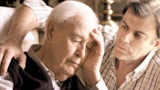 """Konuşma ve yorumlamada zorluklar, davranış bozuklukları ile kendini gösteren """"demans""""ların en sık rastlanan tipi Alzheimer hastalığıdır."""