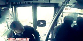 Video: Metrobüs kazası görüntüleri şoföre şemsiye ile saldırı