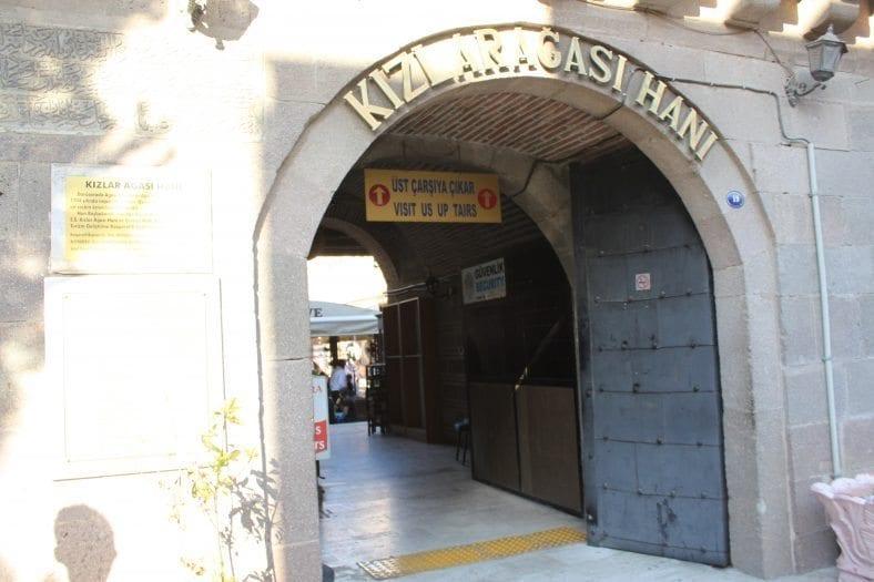 Hacı Beşir Ağa tarafından 1744'te inşa edilen Kızlarağası Hanı, halen İzmir'in tüyler ürperten ve tarihe meydan okuyan yapıları arasında...