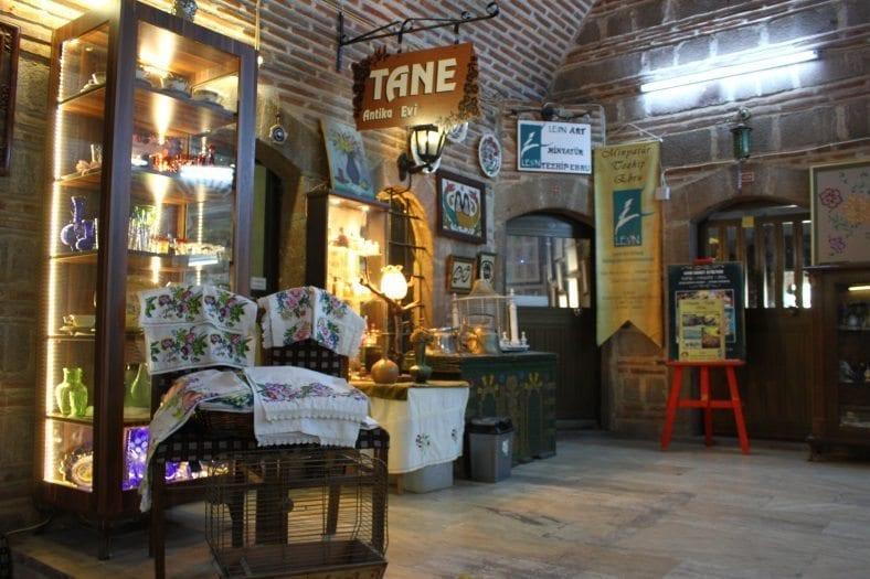 Kızlarağası Hanı: İzmir'in tarihe meydan okuyan çarşısı tane antika evi