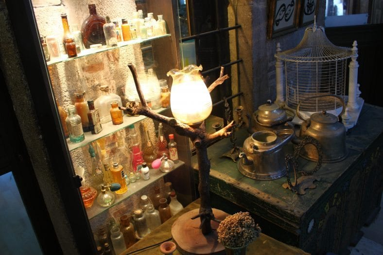 Kızlarağası Hanı: İzmir'in tarihe meydan okuyan çarşısı antikalar