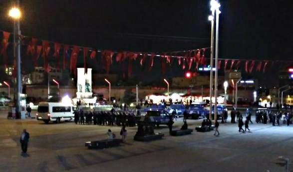 Gezi Parkı'na taş döşeme işi için kalabalık bir zabıta ordusunun Taksim Meydanı'na konuşlandırılması sosyal medyada tepki çekti.