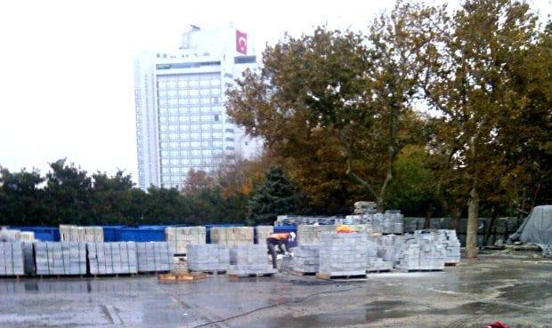Gezi Parkı'na İBB ekipleri tarafından gece yarısı taş döşendi