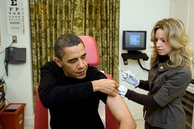 Bir hemşire tarafından domuz gribi aşısı vurulmak üzereyken (20 Aralık 2009).
