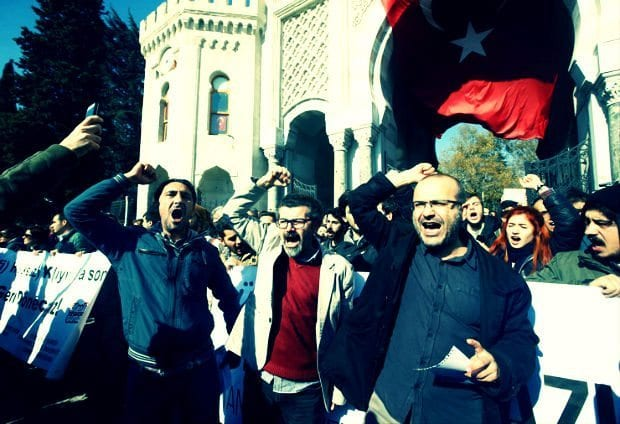 Tasfiyelerin darbe girişimiyle ilgisiz olanlara uzaması protesto edildi beyazıt