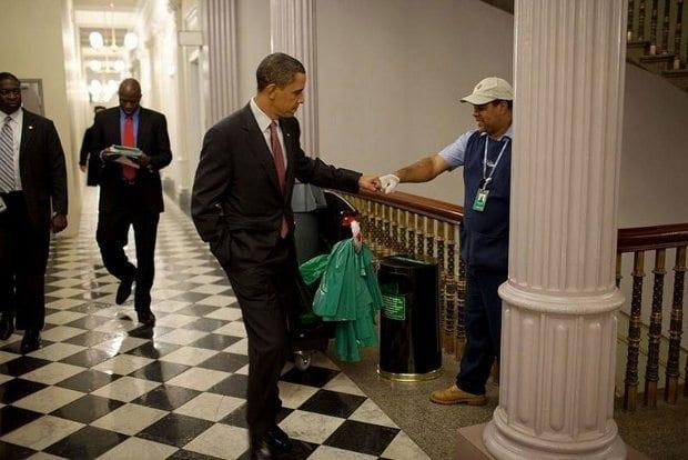 Beyaz Saray'da temizlik görevlisi ile yumruk selamı (3 Aralık 2009)