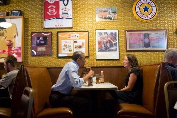 Obama'ya ekonomik sıkıntılarını mektupla anlatan 36 yaşındaki Rebekah Erler ile Minneapolis'te bir kasaba lokantasında yemek yerken. (26 Haziran 2014)