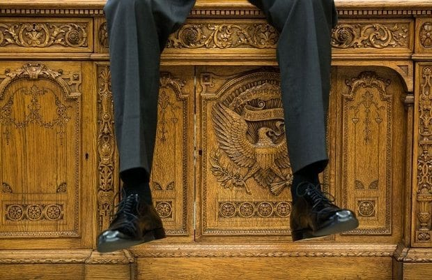 october-1-2015-i-focused-on-the-detail-of-the-resolute-desk-as-the-president-was-talking-with-two-aides-in-the-oval-office-620x401