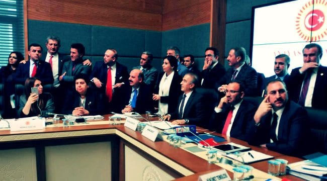 Ak Parti 21 maddelik anayasa teklifinden huzursuz meclis anayasa komisyonu