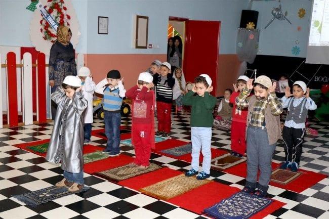 Sivas'ta Aksu Anaokulu'nda 15 Temmuz Demokrasi Zaferi ve Şehitleri anma programı düzenlendi namaz kılıyor