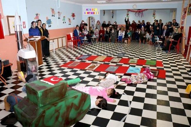 Anaokulunda 15 Temmuz tiyatrosu: Çocuklar tankların altına yattı