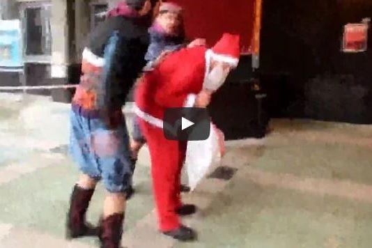 Aydın Nazilli'de Noel Baba'ya silah dayadılar