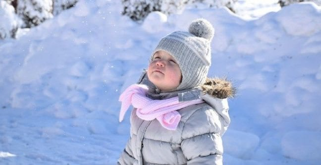 Bebekler kışın D vitaminini doğal yollardan alması gerekiyor. Bu yüzden eve kapatılmaması gerekiyor. Güneşli günlerde açık havada...