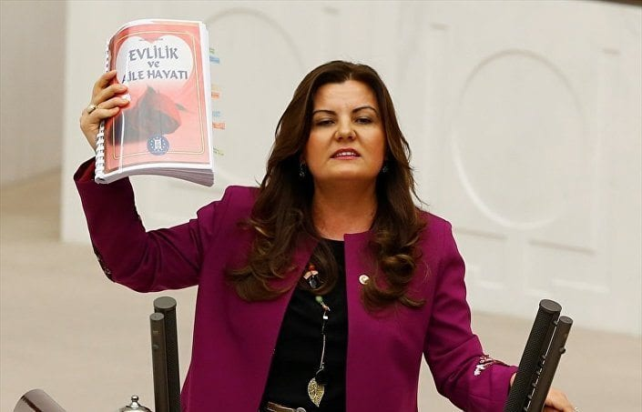 CHP Kocaeli Milletvekili Fatma Kaplan Hürriyet, kitabı nikahlarda dağıtan Kütahya Belediyesi hakkında soruşturma talep etti.