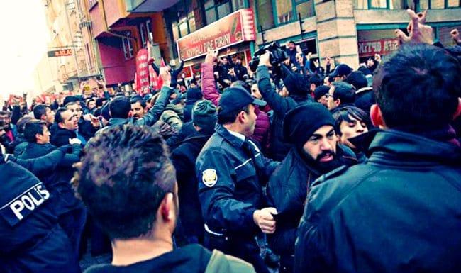 CHP Kocasinan Gençlik Kolları Başkanı Cemre Doğan ve yanındaki CHP'lilere saldırdı.