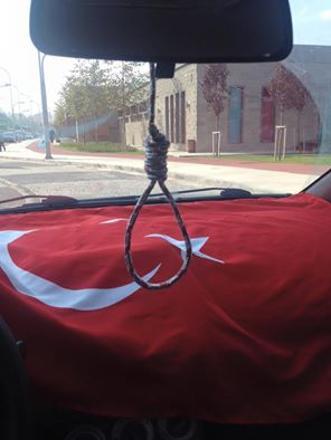 öğretmen Facebook'taki bir başka paylaşımında ise arabasının dikiz aynasına astığı idam ipini paylaşmış.