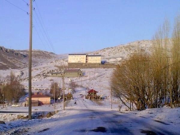 Orda bir köy okulu var uzakta