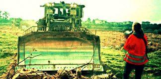 Gazze'de İsrail dozerleri bir Filistinli'nin evini yıkmak istediğinde Amerikalı barış eylemcisi Rachel Corrie bedenini siper etmişti.