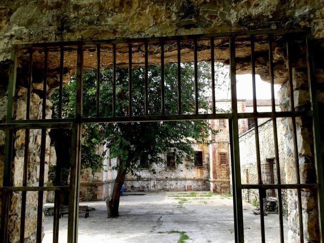 Dört duvarın çaresizliği: Aldırma gönül