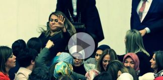 Video: Meclis'te kadın milletvekiller birbirine girdi. Aylin Nazlıaka kendini kürsüye kelepçeleyince Gökçen Özdoğan Enç müdahale etti.