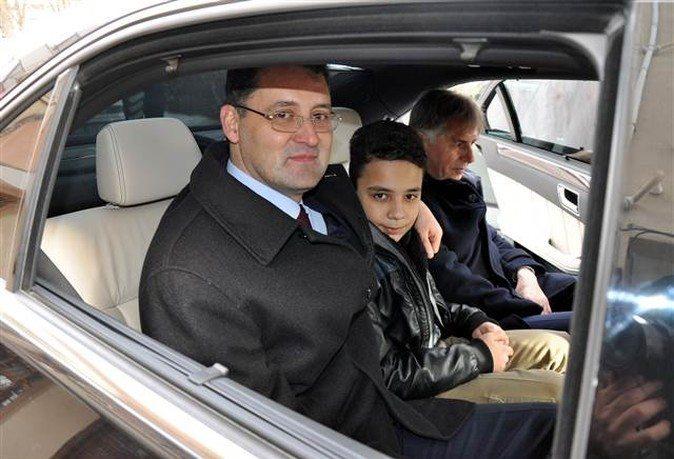 Kırıkkale Valisi Mehmet İlker Haktankaçmaz, servis araçlarının bozulması sonucu okula gidemeyeceğini belirten 6. sınıf öğrencisi Sabri Buğra Uyaroğlu'nu evinden alıp makam aracıyla okula götürdü.