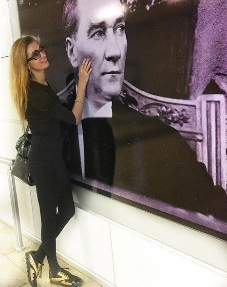Tuğba Özay, Atatürk fotoğrafı önünde çektiği bir fotoğrafı paylaşarak referandumdaki kararını belli etti.