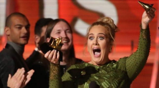 2017 Grammy'e Adele damga vurdu, ödülünü paylaştı