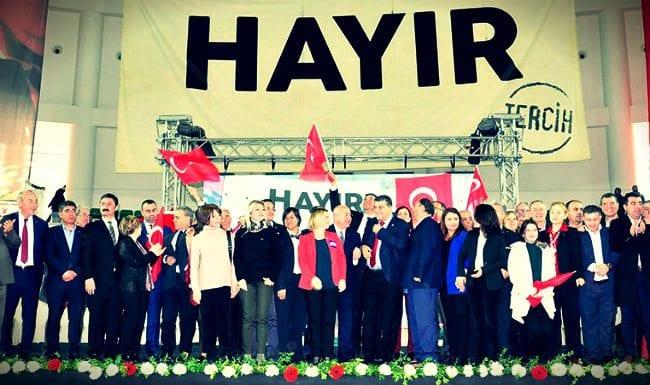 İzmir'de çok sayıda Ak Parti üyesi referanduma hayır diyerek istifa etti. Ak Parti'den CHP'ye geçen 20 üyeye hayır rozeti takıldı.