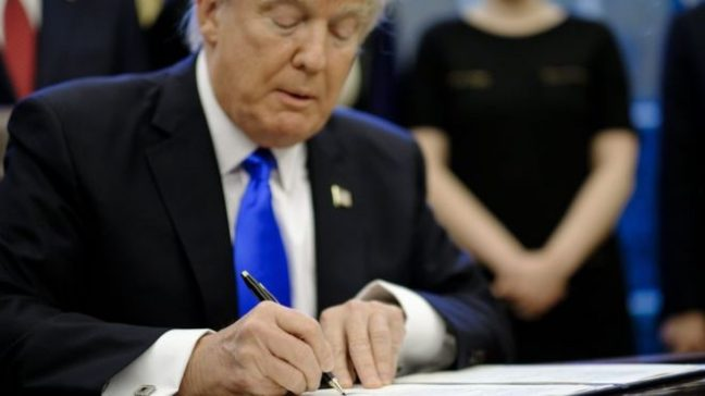 """Trump'ın """"müslüman yasağı"""" kararnamesine tepkiler artıyor!"""