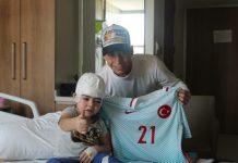 Milli futbolcu Emre Mor'dan minik kahramanlara ziyaret