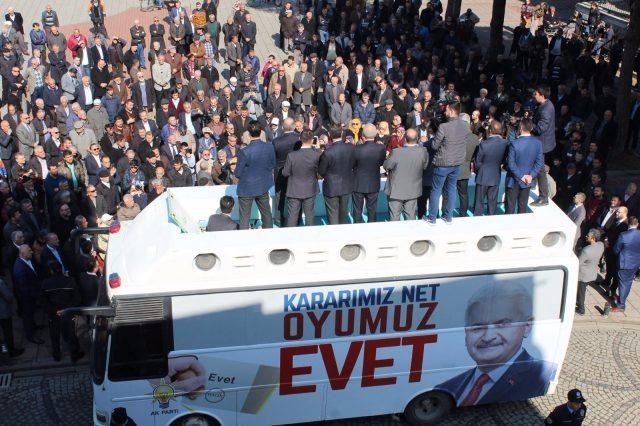 """Sağlık Bakanı Recep Akdağ'ın Ordu'nun Ünye ilçesinde yaptığı """"Evet"""" mitingine ait fotoğraflar sosyal medyada tartışma yarattı."""