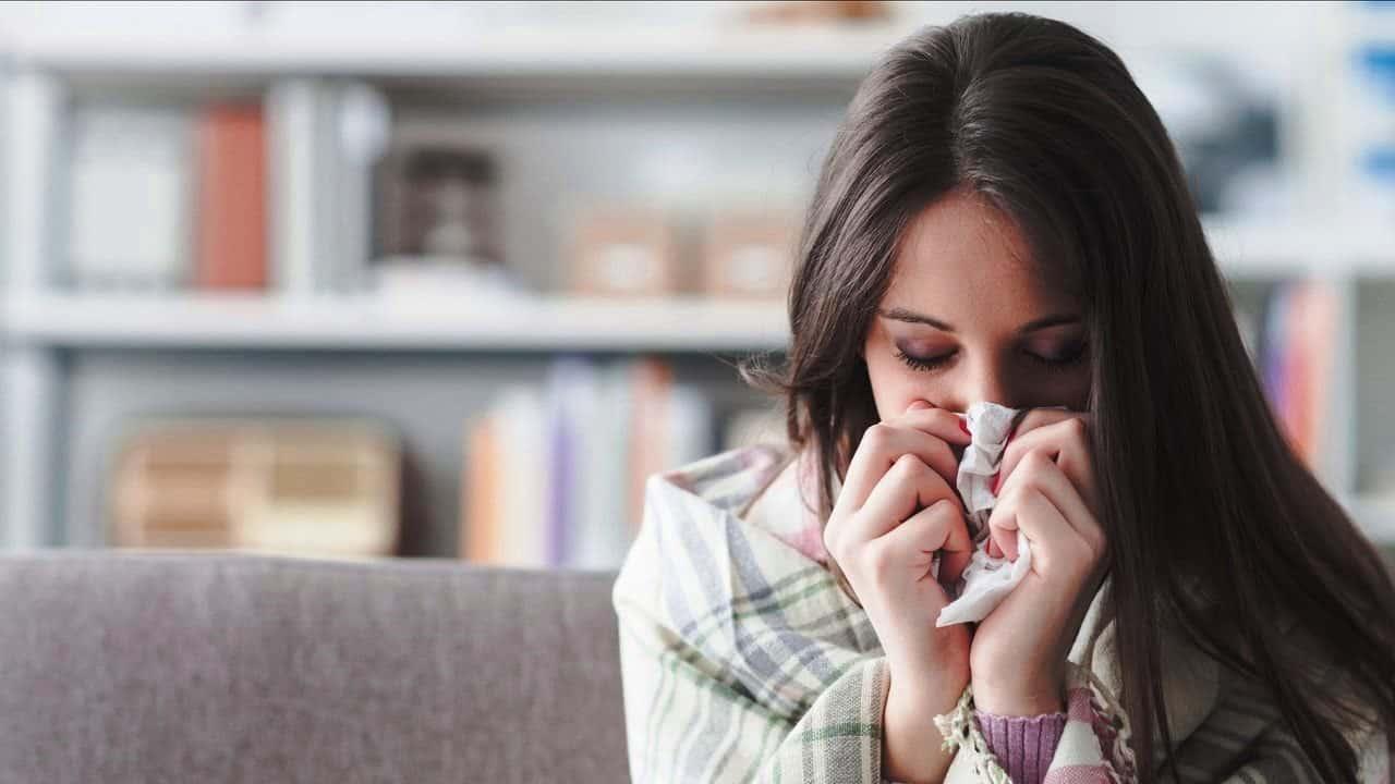 Burun akıntısı neden olur? Ciddi hastalıkların habercisi mi?