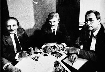 Çetin Emeç, Milliyet gazetesindeki bir yazı işleri toplantısında Doğan Heper ve Mehmet Barlas'la birlikte aynı masada gündemi değerlendirirken.