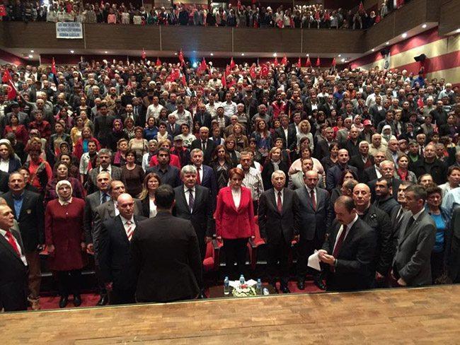 Meral Akşener, Muğla'da halka seslendi. Akşener'i izlemek için gelen kalabalık, kapalı salona sığmayınca konuşmayı meydanda yaptı.