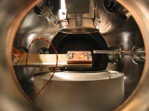 Kuantum fiziği yeni olasılıklara kapı aralıyor. İyon yakalayıcı cihazda zaman kristali oluşumu. Fotoğraf: Hartmut Häffner.