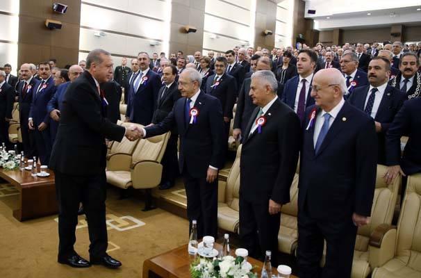 Referandum öncesi ve sonrasında gergin anlar yaşayan Cumhurbaşkanı Erdoğan ve CHP lideri Kılıçdaroğlu el sıkıştılar.
