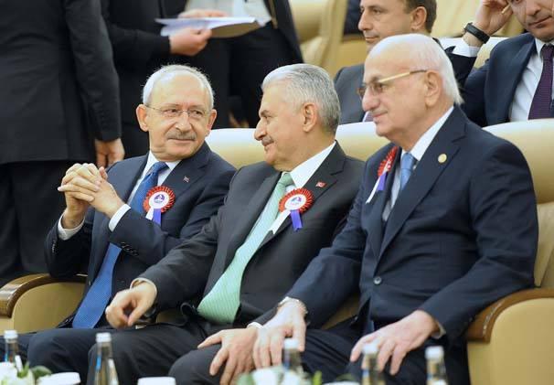 En son 23 nisan oturumunda aralarındaki gerginlik hat safhaya ulaşan Başbakan Yıldırım ve CHP lideri Kılıçdaroğlu'nun tören boyunca sohbet edip gülüşmeleri dikkat çekti.