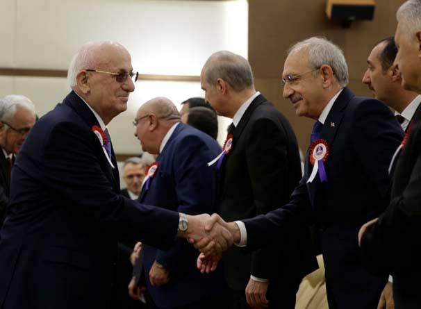 Kemal Kılıçdaroğlu, ayrıca 23 Nisan'da Meclis kürsüsünden tepki gösterdiği TBMM Başkanı İsmail Kahraman'ın da elini sıktı.