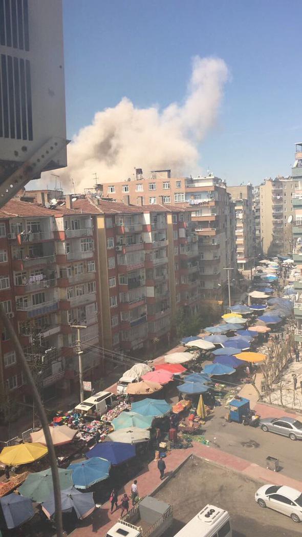 Diyarbakır' daki patlamanın, İl Emniyet Müdürlüğü'nün Bağlar'daki ek binasının içerisindeki atölyede panzer tamiri sırasında meydana geldiği bildirildi.