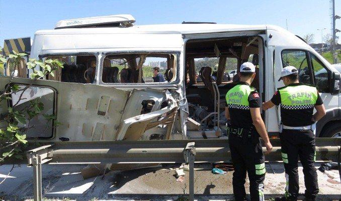 İstanbul Pendik'te seyir halindeki özel bir üniversiteye ait servis minibüsünde patlama meydana geldi.