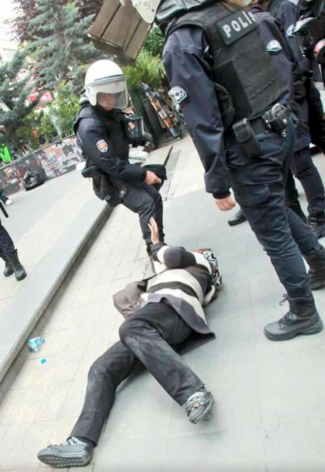 polis tarafından yerde sürüklenen anne