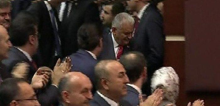 Başbakan Binali Yıldırım konuşmasını yapmak üzere kürsüye çıktı. Yıldırım'ın kürsüye çıkarken ağladığı görüldü. erdoğan ak parti