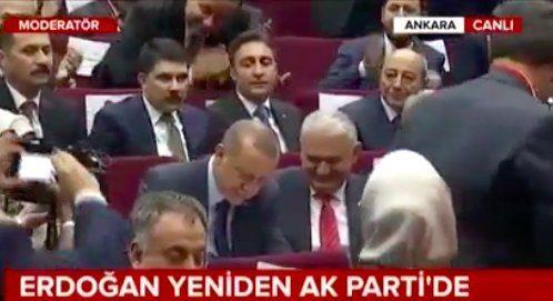parti genel merkezinde düzenlenen törenle üyelik beyannamesini imzalayarak resmen AK Parti'ye üye oldu.