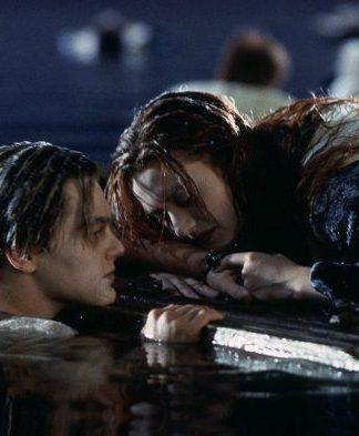 Rose Dewitt bir tahta parçasının üzerindeyken Jack Dawson'ın bedeni neden buz gibi keskin olan o soğuk suyun içindeydi?
