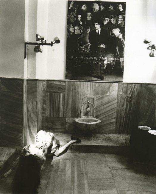 """Bedri Baykam'ın """"Günah Odası"""", Birinci İstanbul Bienali'nden genel görünüm, Mimar Sinan Hamamı."""