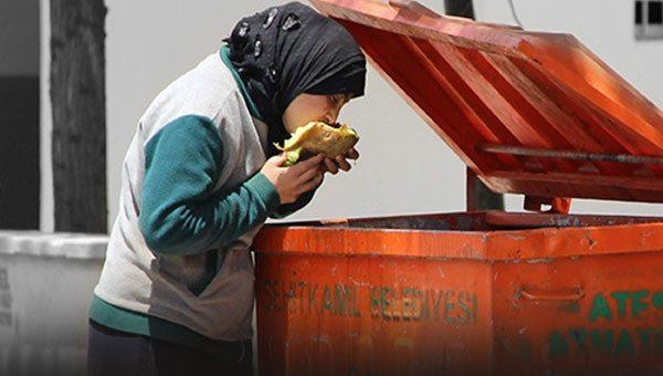 çöpten yemek toplayan suriyeli kadın